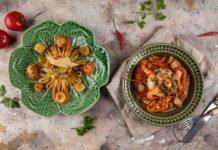 Салат с гребешками и кальмарами с тартаром из авокадо. Луковый рыбак