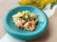 Теплый салат из морепродуктов со свежими овощами и соусом тайгермилк